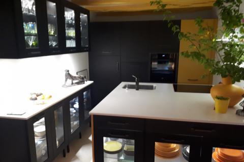 Cuisine noire et meubles vitrés, une cuisine réalisée par SoCoo'c Nevers