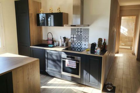 Cuisine avec porte à cadres noire et vintage, une cuisine réalisée par SoCoo'c Nice
