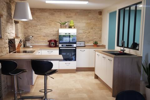 Cuisine blanche et bois avec murs en pierre, une cuisine réalisée par SoCoo'c Dijon Quetigny