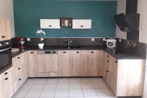 Cuisine équipée en bois, gris et blanc, une cuisine réalisée par SoCoo'c Charleville