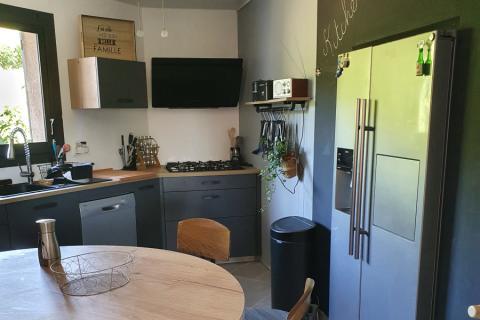 La cuisine de Mme P. vintage et anthracite , une cuisine réalisée par SoCoo'c Valence