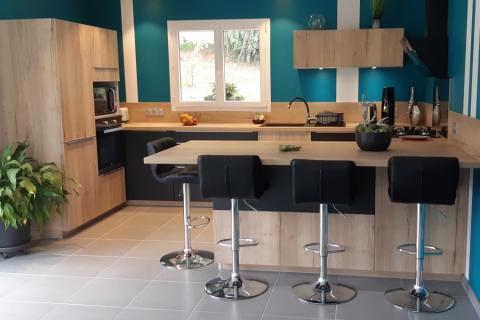 Un mélange de Bois et Noir, dans un espace bien aménagé, une cuisine réalisée par SoCoo'c Annemasse Ville la Grand