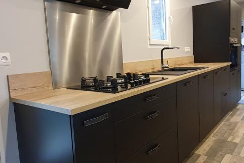 Cuisine style industriel noire et bois, une cuisine réalisée par SoCoo'c Tarbes