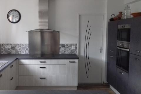 Cuisine en U avec un mur d'armoire, une cuisine réalisée par SoCoo'c Quimper