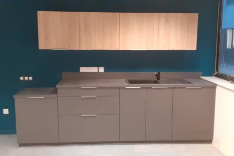 Cuisine équipée d'une entreprise grise et bois, une cuisine réalisée par SoCoo'c Lannion