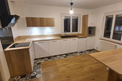 La cuisine équipée de llhem et Kamel Blanc mat et bois, une cuisine réalisée par SoCoo'c Lannion