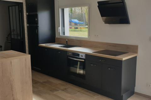 La cuisine équipée de Mathilde Noire et Bois, une cuisine réalisée par SoCoo'c Lannion