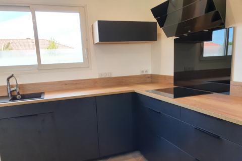 Cuisine en l noir et bois, une cuisine réalisée par SoCoo'c Tarbes