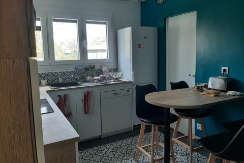 Cuisine avec un espace repas blanche et bois, une cuisine réalisée par SoCoo'c Charleville