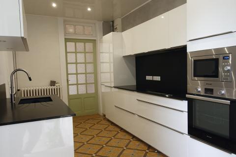 Cuisine blanche linéraire avec granit noir, une cuisine réalisée par SoCoo'c Tarbes
