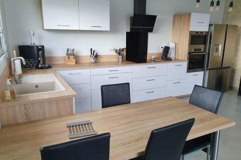 Une cuisine blanche et bois, un look intemporel, une cuisine réalisée par SoCoo'c Angoulême Soyaux
