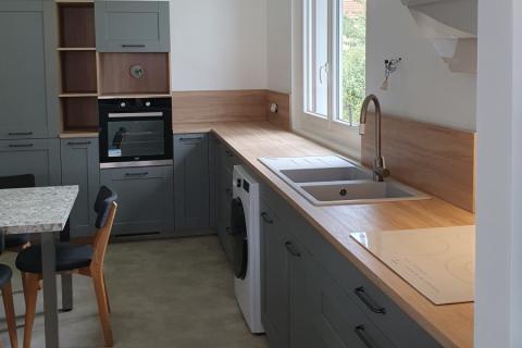 Cuisine gris souris avec facade à cadre et coin repas, une cuisine réalisée par SoCoo'c Tarbes