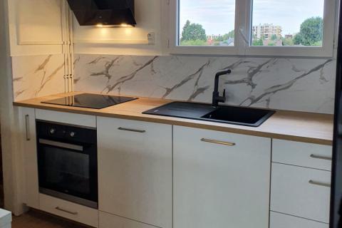 Cuisine blanc bois et effet marbre, une cuisine réalisée par SoCoo'c Tarbes