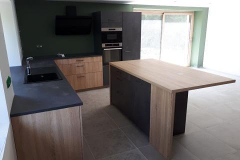 Cuisine avec façades bois et plateaux foncés , une cuisine réalisée par SoCoo'c Annonay Davezieux