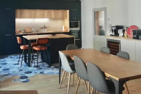 Cuisine bleu nocturne et bois, une cuisine réalisée par SoCoo'c Rodez