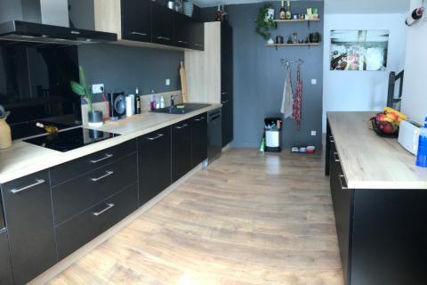 La cuisine noire et bois d'Erwan, une cuisine réalisée par SoCoo'c Lorient