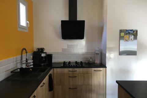 la cuisine tendance actuelle: le noir et bois, une cuisine réalisée par SoCoo'c Angoulême Soyaux