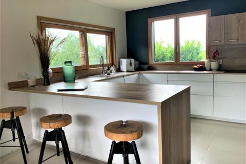 Cuisine blanc mat et chêne vintage, une cuisine réalisée par SoCoo'c Chambéry