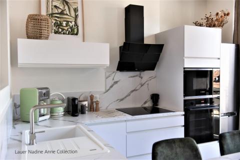 Cuisine blanc mat et marbre blanc mat , une cuisine réalisée par SoCoo'c Chambéry