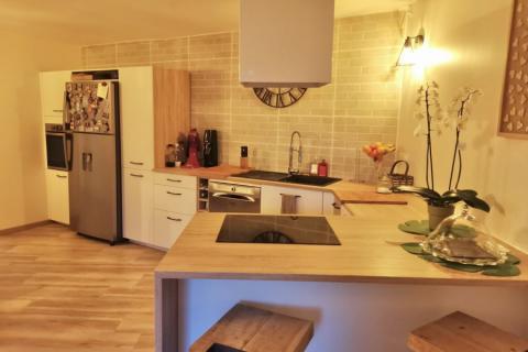 Cuisine blanc strié et bois clair , une cuisine réalisée par SoCoo'c Nice