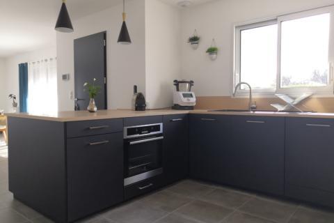 La cuisine noir et bois en U de Nicolas !, une cuisine réalisée par SoCoo'c La Rochelle