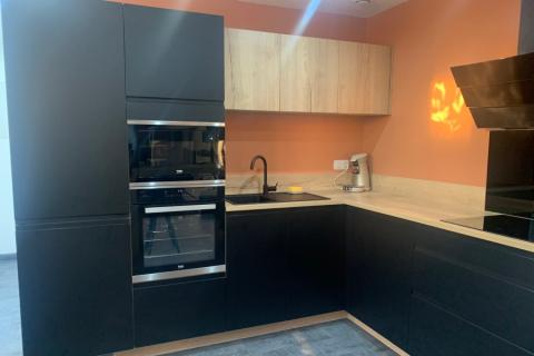 Une cuisine noire et chêne vintage , une cuisine réalisée par SoCoo'c Chambly
