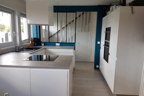La cuisine blanche et béton de Méryl, une cuisine réalisée par SoCoo'c Lorient