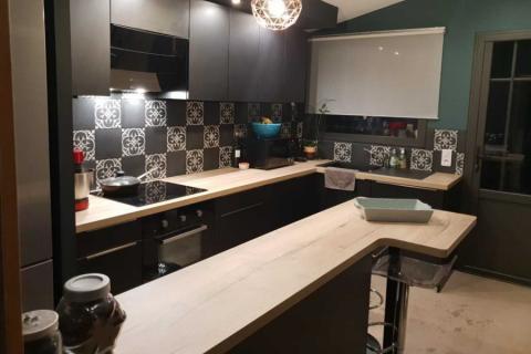 Cuisine gris et bois avec carreaux de ciment , une cuisine réalisée par SoCoo'c Toulouse Nord