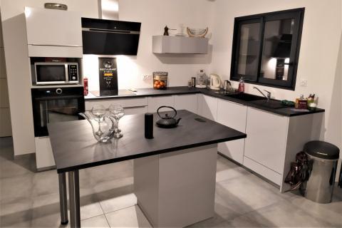 La cuisine élégante et moderne de monsieur B , une cuisine réalisée par SoCoo'c Perpignan