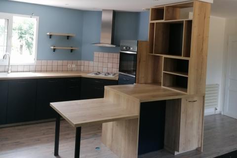 La belle cuisine bleu nocturne et bois, une cuisine réalisée par SoCoo'c Langon