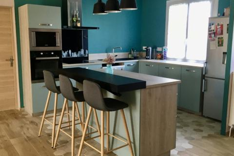 La cuisine vert pastel, une cuisine réalisée par SoCoo'c Niort
