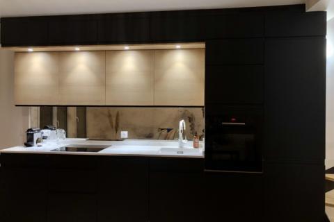 Cuisine noir et bois avec sur meubles, une cuisine réalisée par SoCoo'c Antibes