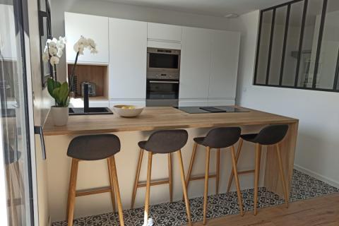 Le superbe face à face blanc et bois d'Antigona !, une cuisine réalisée par SoCoo'c La Rochelle