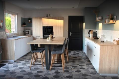 Cuisine avec plaque aspirante et ilot central, une cuisine réalisée par SoCoo'c Douai