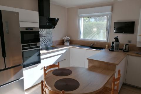 Cuisine blanche et bois avec table, une cuisine réalisée par SoCoo'c Dijon Quetigny