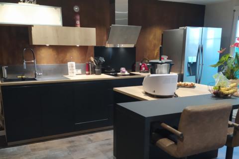 La Cuisine Bois et Noir Mat de M et Mme D, une cuisine réalisée par SoCoo'c Strasbourg