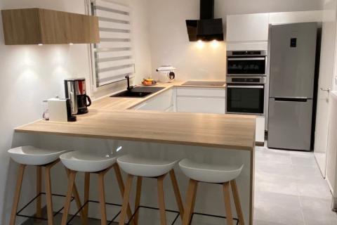 Cuisine intemporelle Blanche et plan de travail bois !, une cuisine réalisée par SoCoo'c Douai