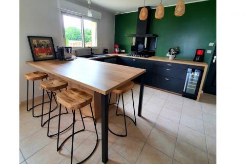 Cuisine noir et bois avec maxi plan de travail !, une cuisine réalisée par SoCoo'c Avranches