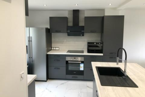 La cuisine gris anthracite de Damien, une cuisine réalisée par SoCoo'c Soissons