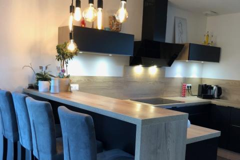 La cuisine avec retour bar de Mme G., une cuisine réalisée par SoCoo'c Annecy