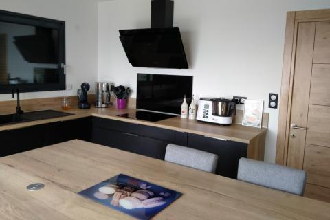 Cuisine noire et bois , une cuisine réalisée par SoCoo'c Annonay Davezieux