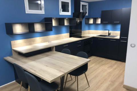 Cuisine bleu nocturne avec sa table intégrée, une cuisine réalisée par SoCoo'c Nice