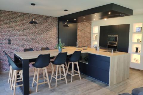 Cuisine noire et bois style industriel, une cuisine réalisée par SoCoo'c Dijon Quetigny