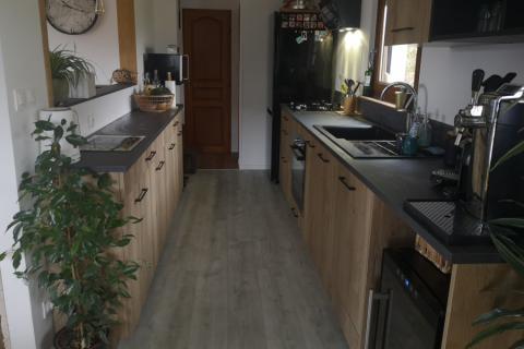 Cuisine bois et plan de travail gris, une cuisine réalisée par SoCoo'c Colmar