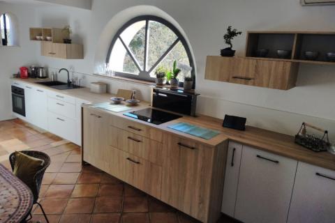 Cuisine Bois et blanche , une cuisine réalisée par SoCoo'c Fréjus