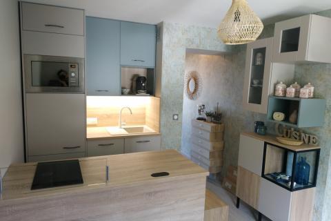 Une cuisine : vert pastel, chamois mat et bardolino, une cuisine réalisée par SoCoo'c Deauville