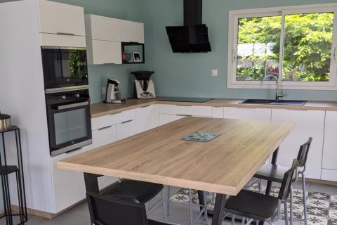 Cuisine blanche et bois, une cuisine réalisée par SoCoo'c Lisieux