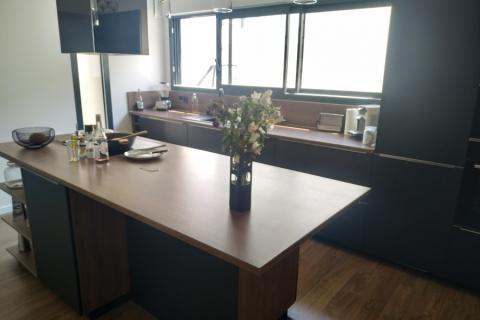 Une cuisine noire et bois !, une cuisine réalisée par SoCoo'c Cholet