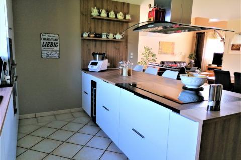Cuisine blanc vernis et chêne cosy, une cuisine réalisée par SoCoo'c Chambéry