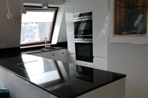 Une cuisine blanche brillante et un plan noir , une cuisine réalisée par SoCoo'c Deauville